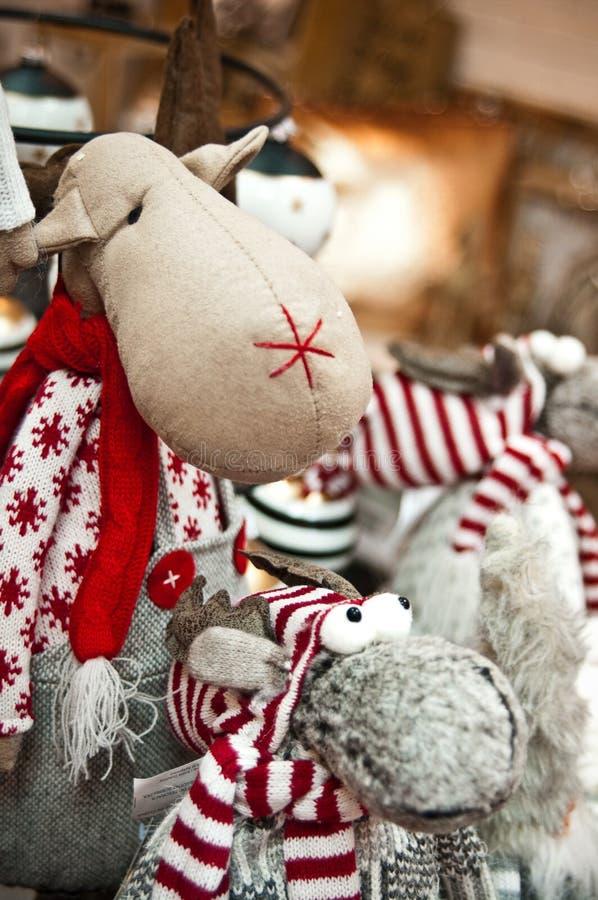 在的逗人喜爱的长毛绒驯鹿玩具家庭装饰购物 库存图片