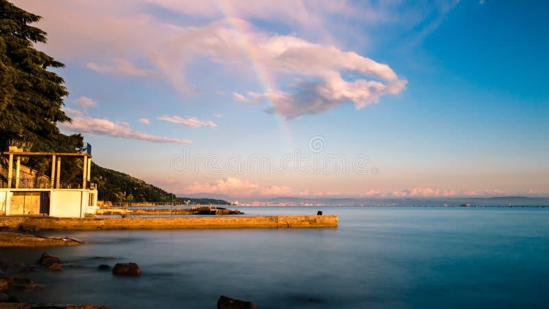 在的里雅斯特海湾的彩虹  免版税图库摄影