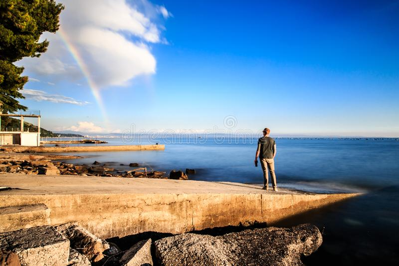 在的里雅斯特海湾的彩虹  免版税库存照片
