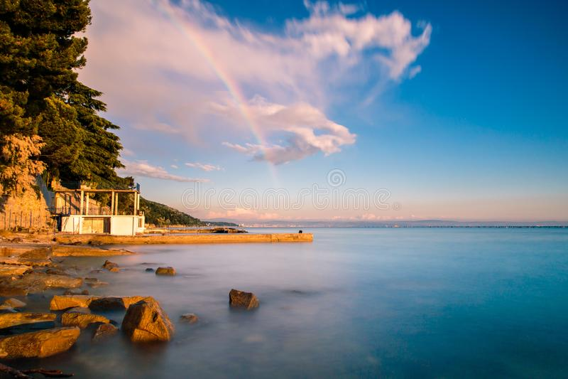 在的里雅斯特海湾的彩虹  图库摄影