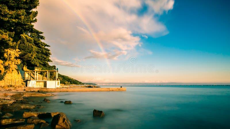 在的里雅斯特海湾的彩虹  免版税库存图片