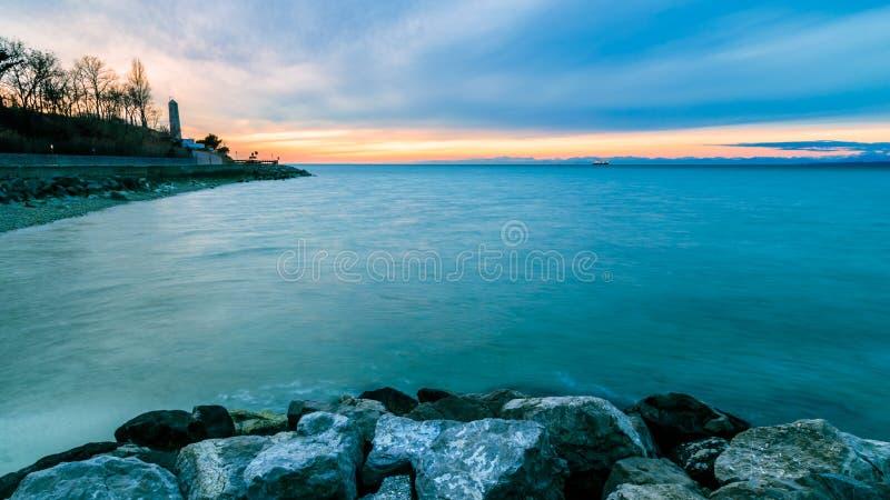 在的里雅斯特海湾的晚上  免版税库存图片