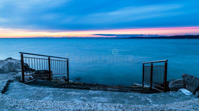 在的里雅斯特海湾的晚上  免版税图库摄影