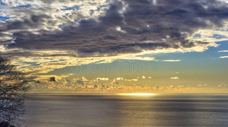 在的里雅斯特海的日落 免版税库存图片