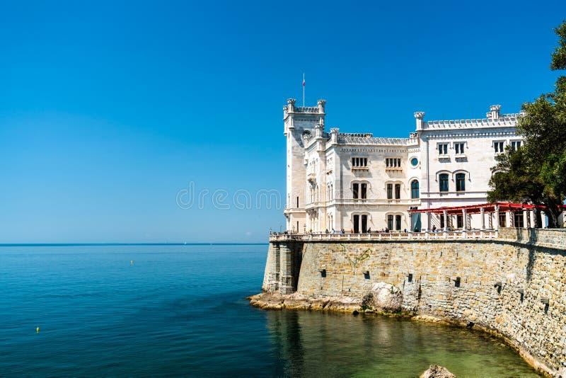 在的里雅斯特附近的米拉马雷城堡城堡在意大利 库存照片