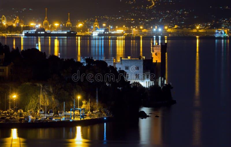 在的里雅斯特附近的Miramare城堡在冬天夜 库存图片