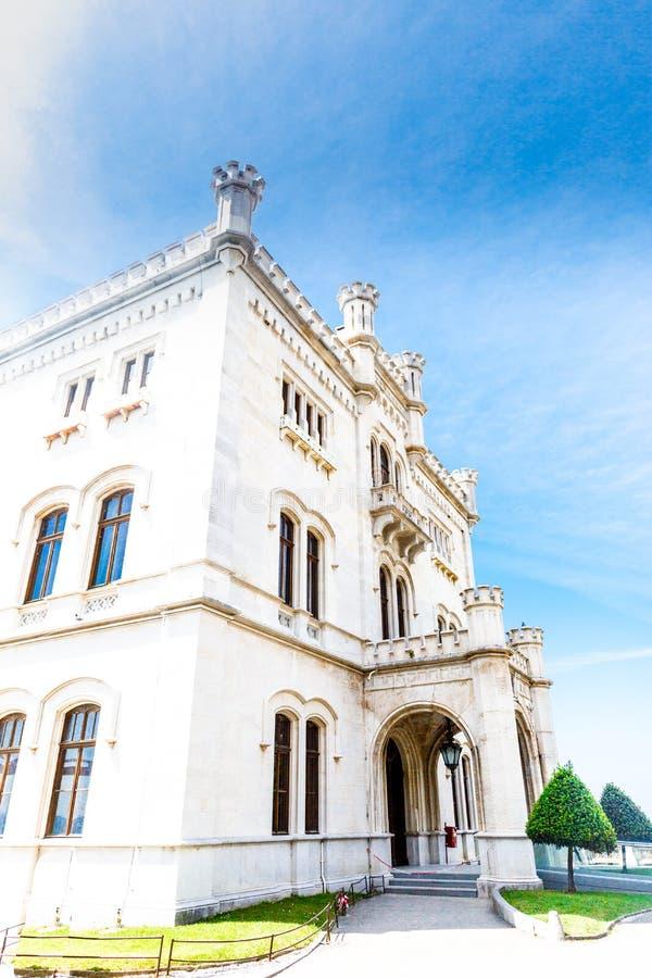 在的里雅斯特,意大利海湾的Miramare城堡  免版税库存照片
