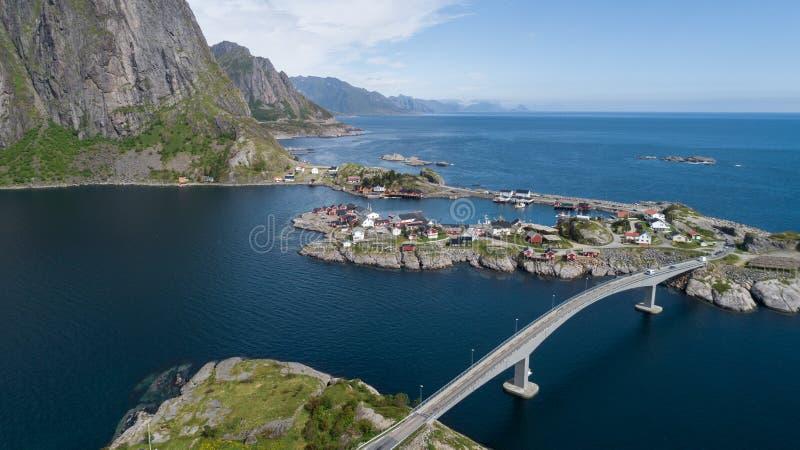 在的鸟瞰图lofoten 美好的夏天风景在挪威 传统红色房子 图库摄影