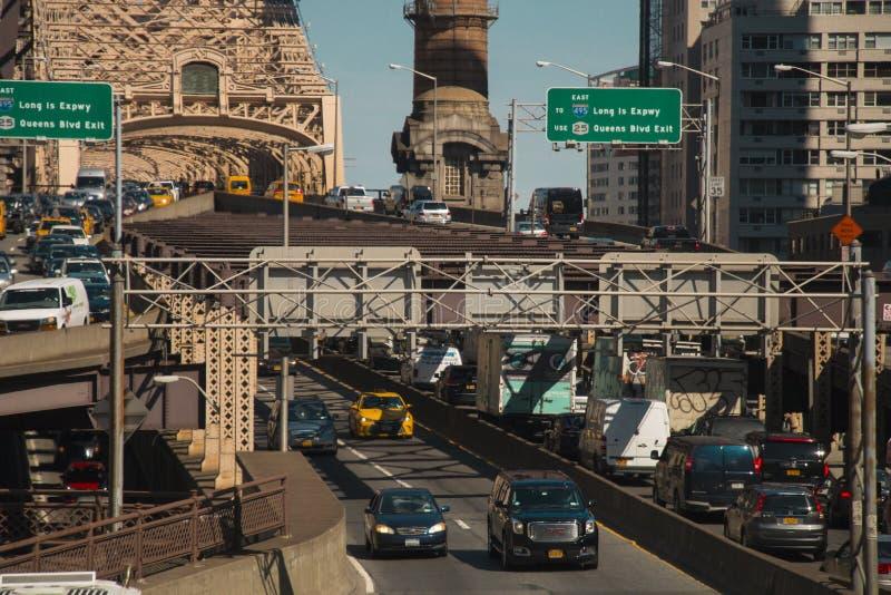 在皇后区大桥纽约的汽车通行 免版税库存照片