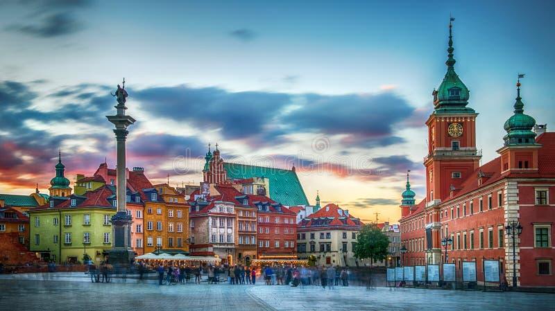波兰华沙_在皇家城堡,古老连栋房屋和sigismund的专栏的全景在老镇在华沙,波兰.