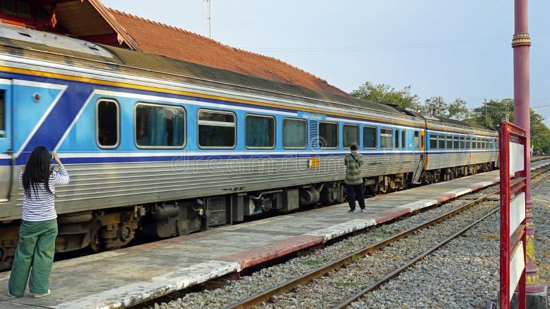 在皇家火车站华hin的现代火车 免版税库存图片