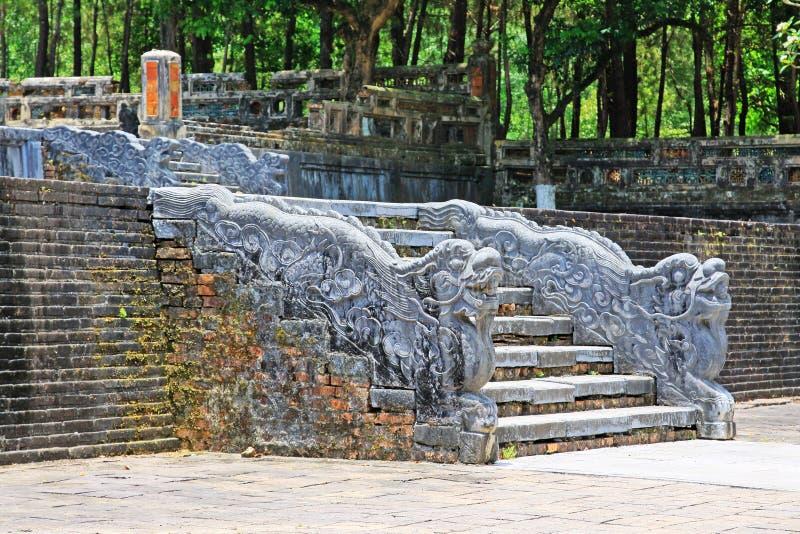 在皇帝绍治帝,颜色越南联合国科教文组织世界遗产名录站点颜色皇家坟茔的龙台阶  图库摄影