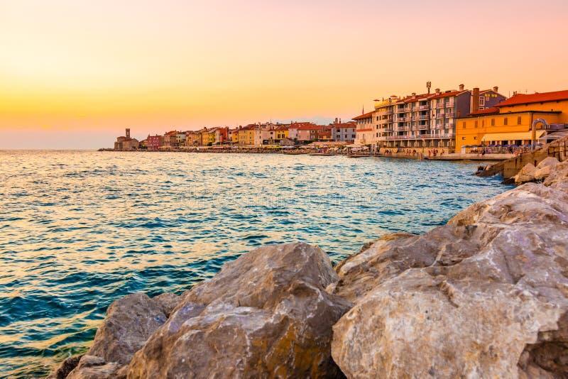 在皮兰市上的美好的日落,斯洛文尼亚 在天空上亚得里亚海和皮兰海岸柔光的不可思议的太阳光和 免版税图库摄影