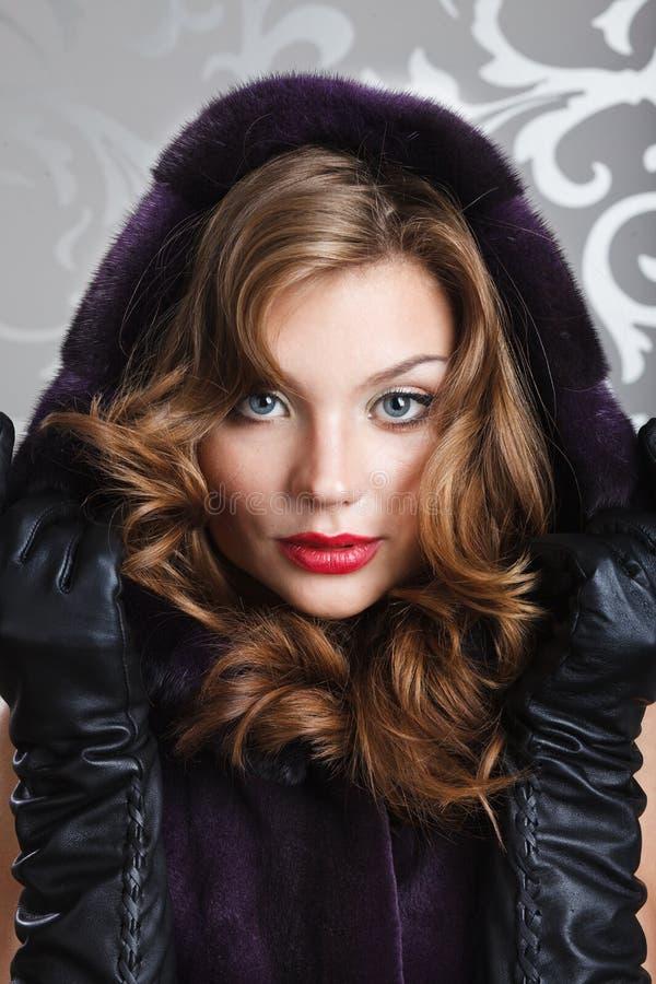 在皮大衣的美丽的女孩画象 库存照片