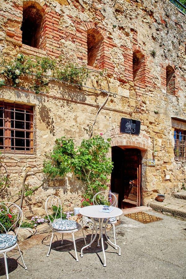 在皮恩扎古老大厦的美丽的咖啡馆  免版税库存图片