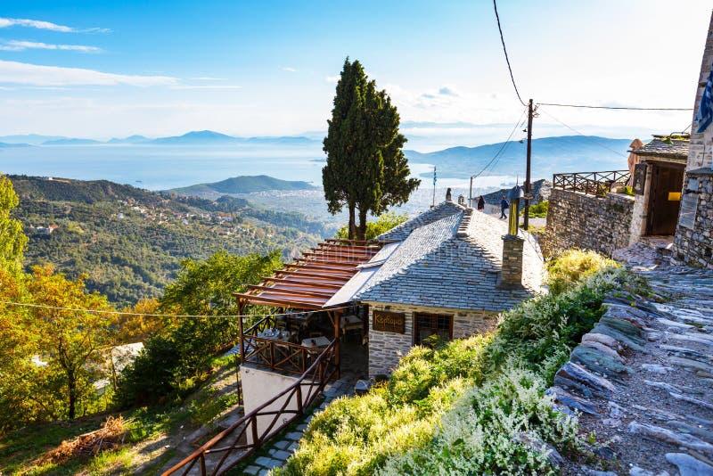 在皮立翁山,希腊Makrinitsa村庄的街道和咖啡馆视图  图库摄影