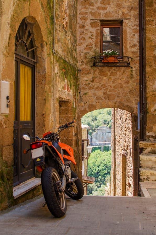 在皮蒂利亚诺,意大利老街道上的摩托车  免版税库存图片