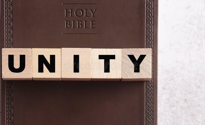 在皮革圣经的块拼写的团结 免版税库存图片