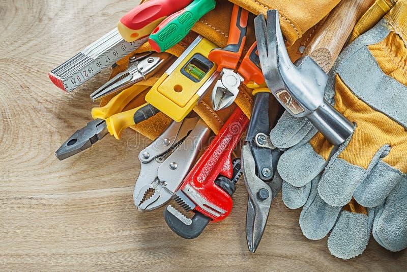 在皮革大厦传送带的工具在木板顶视图 库存照片