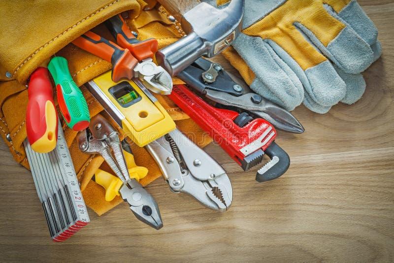 在皮革大厦传送带的工具在木板顶视图 库存图片