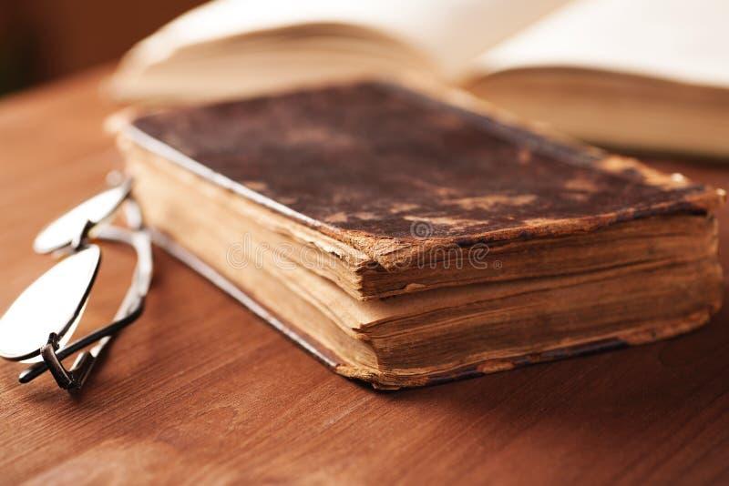 在皮革盖子的旧书在木桌上 免版税图库摄影
