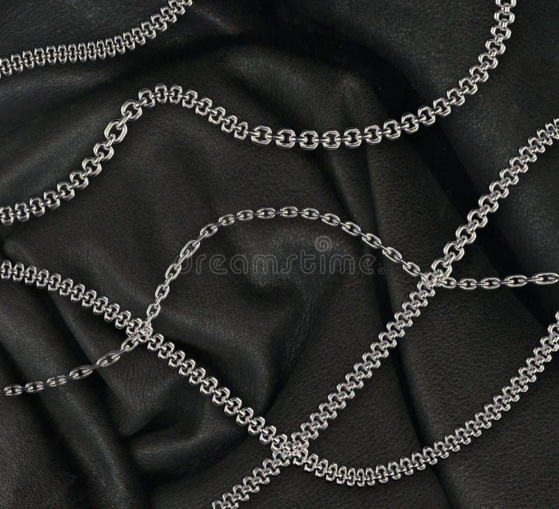 在皮革背景的钢链子 皇族释放例证