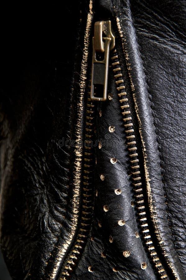 在皮革骑自行车的人夹克袖子的黄铜拉链  库存图片