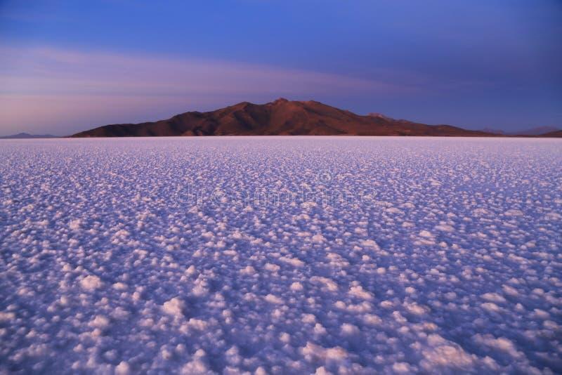 在盐平的撒拉族de Uyuni,玻利维亚的日出 免版税库存照片
