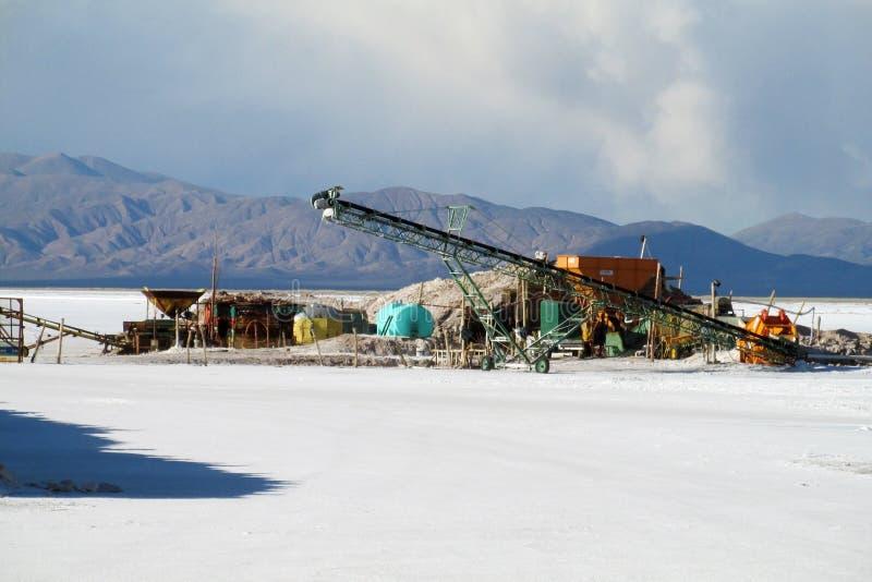 在盐平的湖的盐矿基础设施 库存照片