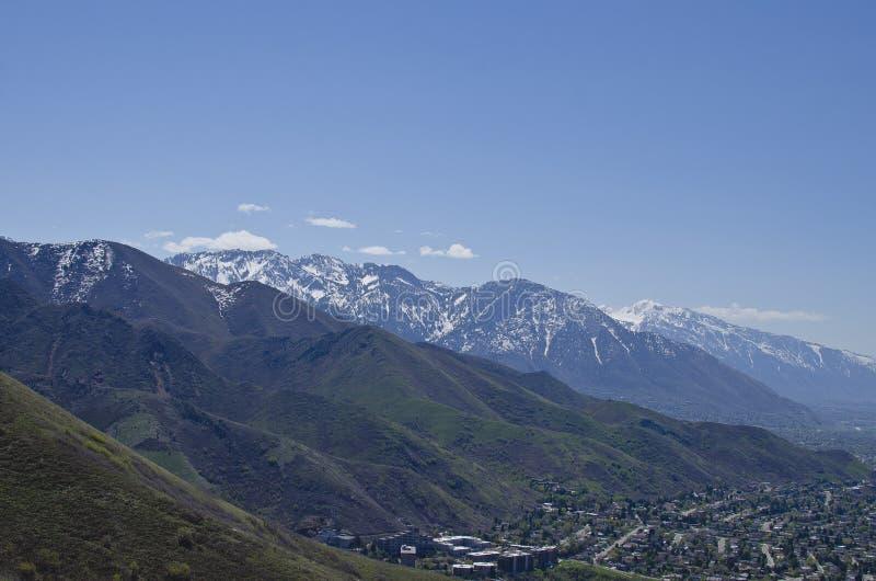 在盐湖谷上的山脉 图库摄影