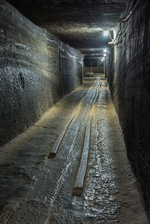 在盐矿隧道的被放弃的推车铁路 库存照片