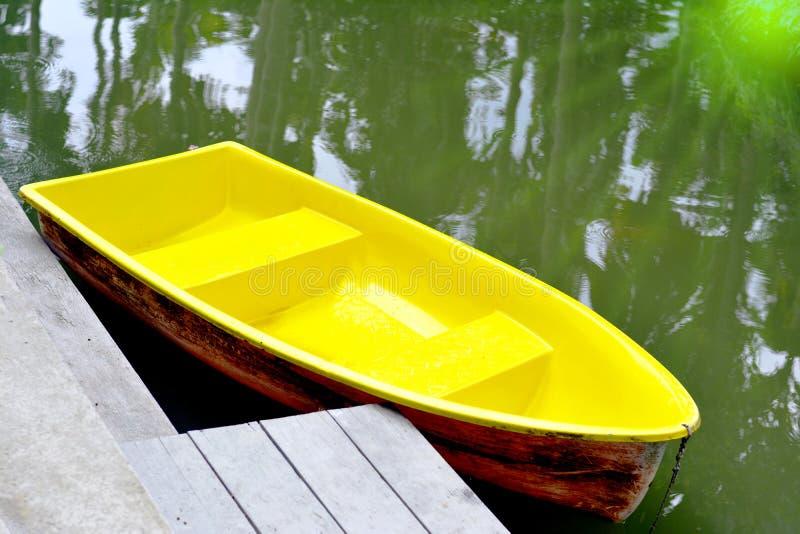 在盐水湖或黄色划艇的黄色划艇在lak的水 图库摄影