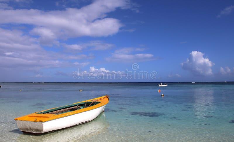 在盐水湖的小船在毛里求斯海岛 免版税库存图片
