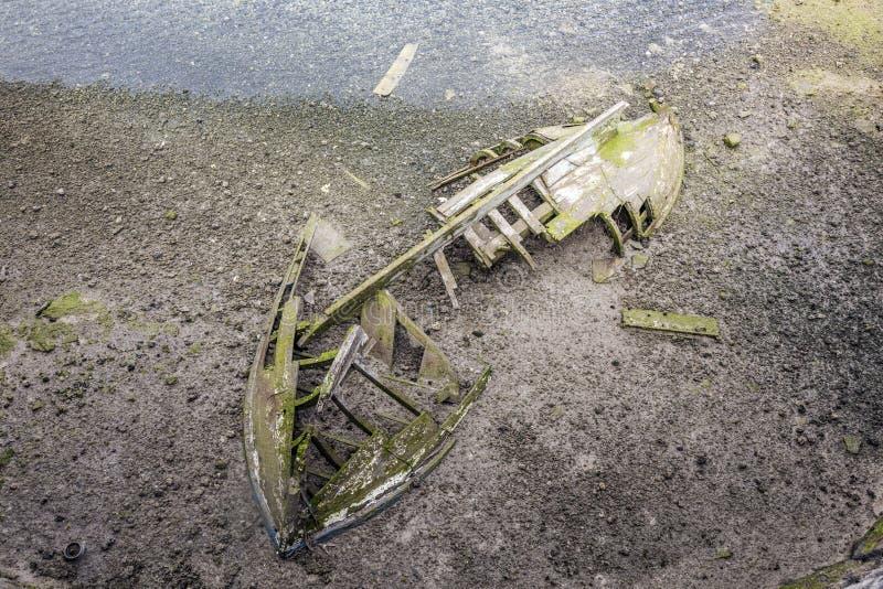 在盐水湖的老木船击毁 图库摄影