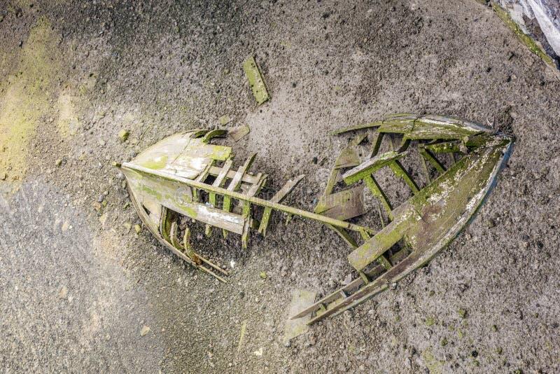 在盐水湖的老木船击毁 免版税图库摄影