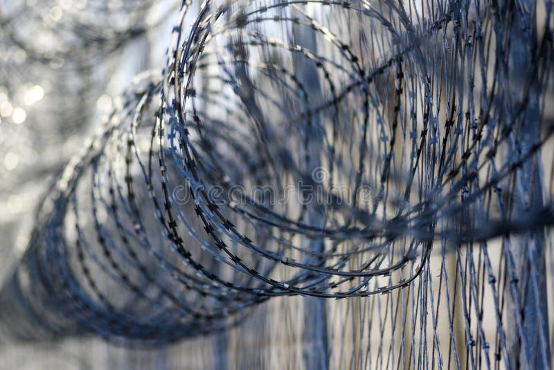 在监狱,从逃脱的保护的囚犯的铁丝网 免版税库存照片