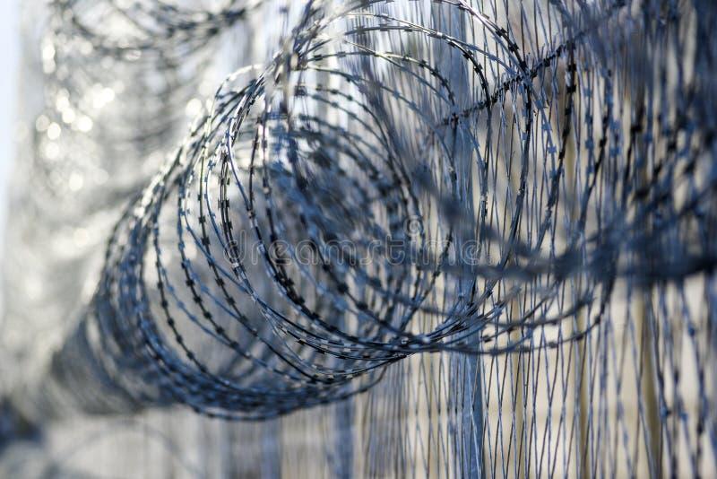 在监狱,从逃脱的保护的囚犯的铁丝网 库存图片