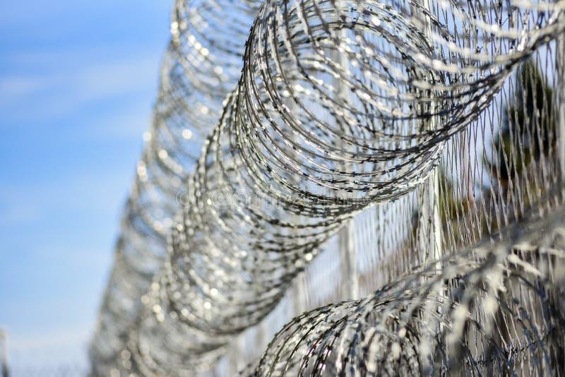 在监狱,从逃脱的保护的囚犯的铁丝网 库存照片