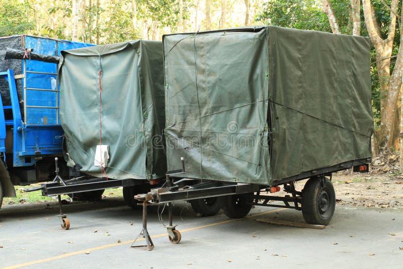 在盖子的小的拖车 库存图片