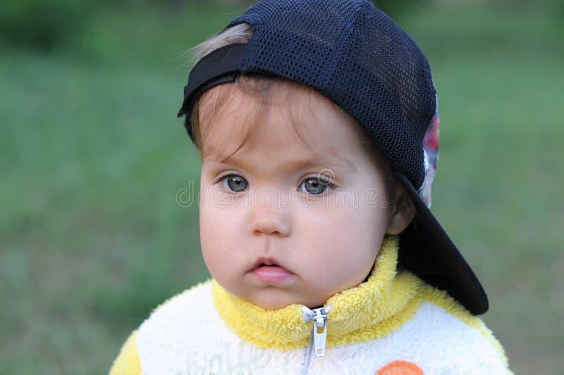 在盖帽的小女孩画象 库存照片