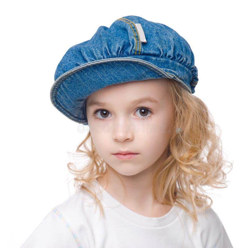 在盖帽的小的镇静女孩纵向 库存照片