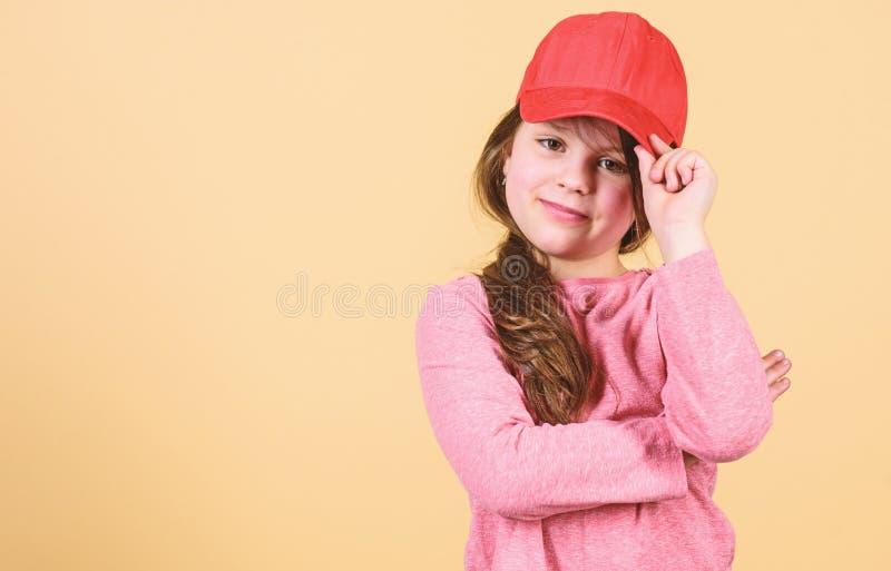 在盖帽的Cutie r r 感到确信与这个盖帽 女孩逗人喜爱的儿童穿戴盖帽或突然反弹帽子 免版税图库摄影