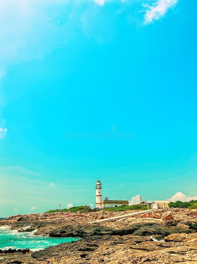 在盖帽de塞萨利内斯,马略卡的灯塔 在夏天期间,有强烈的蓝天的没有人 库存图片