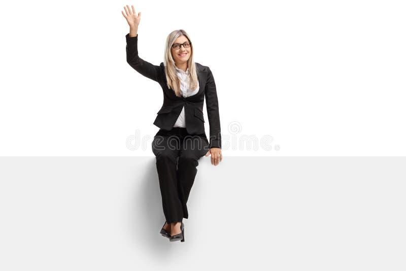 在盘区挥动安装的女实业家 免版税库存照片