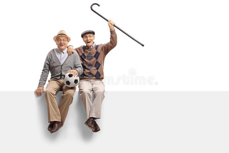 在盘区有橄榄球的快乐的前辈安装的 图库摄影