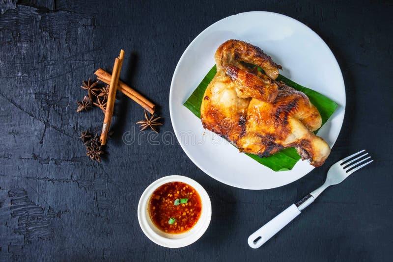 在盘和调味汁的新鲜的烤鸡肉菜肴服务 免版税库存图片