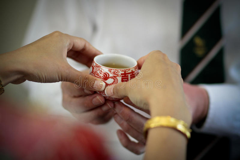 在盘子新娘服务的中国婚礼茶道传统红色茶杯生 库存照片