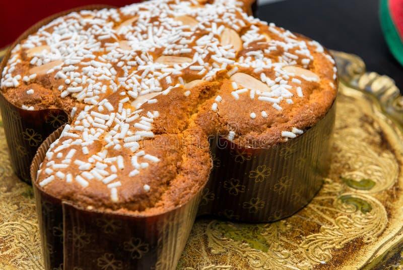 在盘子的复活节蛋糕, Colomba帕斯奎尔-意大利 免版税图库摄影