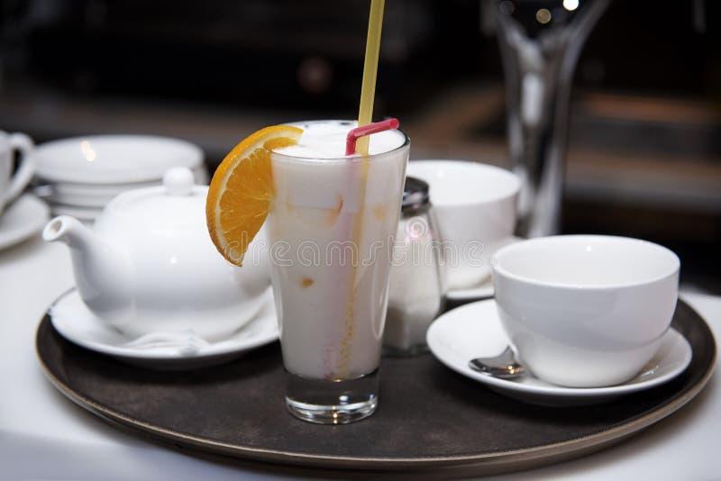 在盘子的奶昔 免版税图库摄影