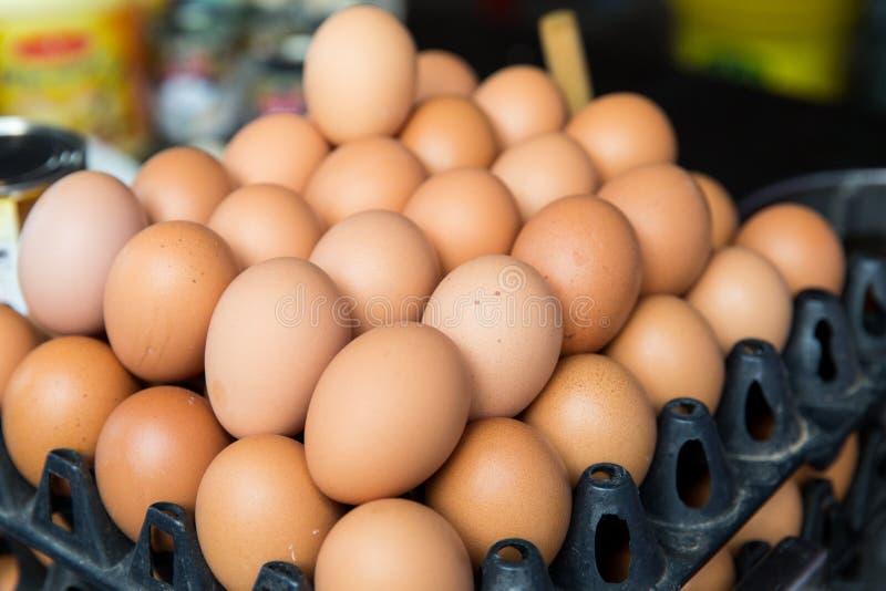 在盘子的新鲜的鸡蛋在亚洲街市上 库存图片